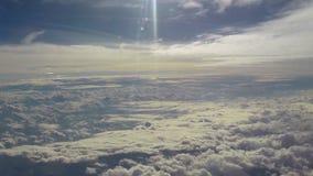 O voo em nuvens do céu, mosca calma no paraíso, sol brilha video estoque
