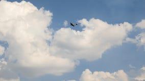 O voo militar histórico velho do plano de Rússia soviética e executa acrobacias - laço inoperante, movimento lento fotos de stock