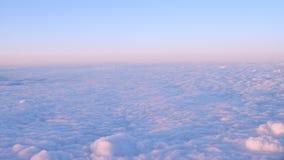 O voo sobre o rosa e o cloudscape azul olham como uma neve no por do sol bonito vídeos de arquivo