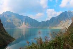 O vulcão ativo Pinatubo e o lago da cratera, Filipinas fotos de stock royalty free