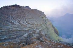 O vulcão de Ijen em East Java contém o lago vulcânico ácido o maior da cratera do mundo, chamado Kawah Ijen Fotografia de Stock Royalty Free
