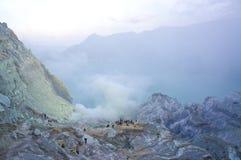 O vulcão de Ijen em East Java contém o lago vulcânico ácido o maior da cratera do mundo, chamado Kawah Ijen Foto de Stock
