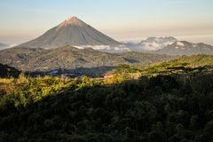O vulcão de Inierie no pôr do sol, Nusa Tenggara, ilha de flores, Indonésia imagens de stock