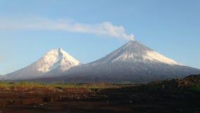 O vulcão de Kamchatka Monte de Klyuchevskaya A natureza de Kamchatka, de montanhas e de vulcões vídeos de arquivo