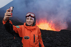 O vulcão de Tolbachik da erupção em Kamchatka, menina fotografou o selfie no lago da lava do fundo no vulcão da cratera Imagens de Stock Royalty Free