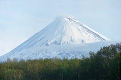 O vulcão Kliuchevskoy fotografia de stock