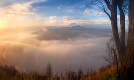 O vulcão no nascer do sol, montanhas de Bromo ajardina fotos de stock
