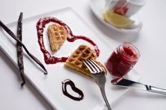 O waffle do coração, doce de fruta, molho de chocolate, baunilha cola, quadrado Fotos de Stock Royalty Free