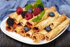 O waffle rola com bagas Fotos de Stock