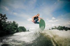 O Wakeboarder monta acima da vigília fotografia de stock royalty free