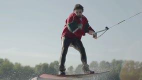 O Wakeboarder salta com trampolim video estoque