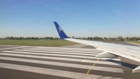 o warsaw 20-ое апреля 2019 Взгляд через окно воздушных судн на крыле Самолет который свирепствует на видеоматериал