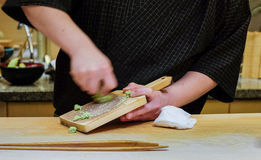 O Wasabi fresco prepara-se com o ralador da pele do tubarão imagem de stock