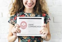 O Web page em linha de uma comunicação envolve o conceito do correio Foto de Stock