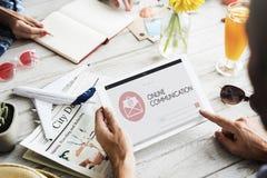 O Web page em linha de uma comunicação envolve o conceito do correio Fotos de Stock