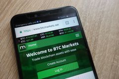 O Web site dos mercados de BTC indicou em um smartphone moderno imagens de stock