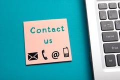 O Web site, Internet contacta-nos conceito da página com portátil e lembrete Imagem de Stock Royalty Free