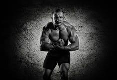 O weightlifter está levantando na frente da câmera, monstrously s Foto de Stock