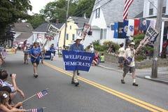 O Wellfleet Democratas que andam no Wellfleet 4o da parada de julho em Wellfleet, Massachusetts Imagens de Stock Royalty Free
