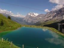 O Wetterhorn e a lagoa alpina Imagens de Stock Royalty Free