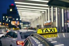 O?wietleniowy taxi znak zdjęcia stock