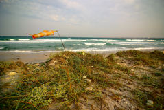 O wind-sock surfando no mar vazio encalha durante a tempestade Imagem de Stock Royalty Free