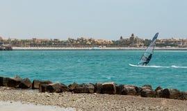 O windsurfe, homem novo do windsurfer no windsurf em um mar fotografia de stock
