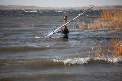 O Windsurfer está preparando-se para começar Foto de Stock Royalty Free