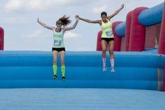 O Wipeout 5K corre o curso de obstáculos - o limite do céu Foto de Stock