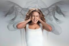O woman& novo x27; retrato de s com emoções da dor foto de stock royalty free