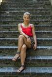 O womann novo passa o tempo na natureza Fotos de Stock Royalty Free