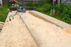 O woodworking bonde utiliza ferramentas o encontro nas ferramentas outdoorselectric do woodworking da madeira serrada que encontr Imagens de Stock Royalty Free