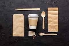 O workdesk da entrega do alimento com sacos de papel e o copo plástico apresentam o modelo da opinião superior do fundo foto de stock