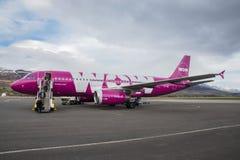 O wow areja o avião de Airbus A320 no aeroporto de Akureyri em Islândia foto de stock