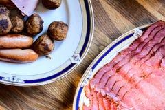 O-Wurstfleischklöschen auf einer Platte Lizenzfreies Stockfoto