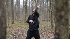 O wushu mestre e o qui da TAI praticaram na floresta na mola video estoque