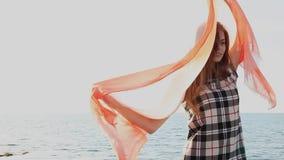 O xaile bonito das mulheres torna-se no vento filme