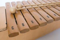 O xilofone e dois malhos no fundo branco Imagem de Stock Royalty Free