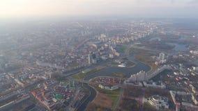 O zangão aéreo de Minsk disparou no outono da opinião do parque do centro da cidade de cima da recreação da atração vídeos de arquivo