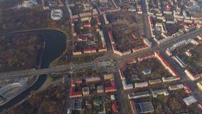 O zangão aéreo de Minsk disparou no outono da opinião do parque do centro da cidade de cima da recreação da atração filme