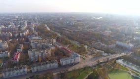 O zangão aéreo de Minsk disparou no outono da opinião do parque do centro da cidade de cima da recreação da atração video estoque