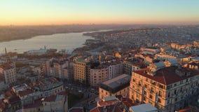 O zangão aéreo disparou do por do sol em Istambul, Turkie De cima de, centro de cidade, do centro Bosphorus vídeos de arquivo