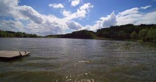 O zangão aéreo voa o ponto baixo acima do lago country que passa o par vídeos de arquivo