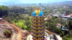 O zangão aproxima andares superiores do pagode com as abóbadas contra o rio vídeos de arquivo