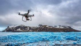 O zangão com uma câmera está voando no iceberg fotos de stock royalty free