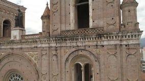 O zangão escala a borda dianteiro-direita da catedral nova em Cuenca, Equador video estoque
