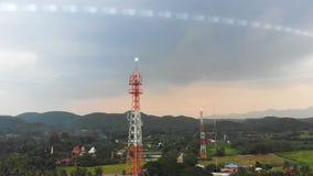 o zangão 4K disparou na paisagem cênico da vista aérea da torre de comunicação com a exploração agrícola da agricultura da nature vídeos de arquivo