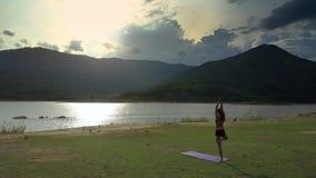 O zangão move-se para a mulher que está no pé na ioga contra a paisagem filme