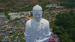 O zangão pendura na estátua ereta alta branca da Buda filme