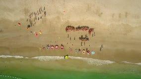 O zangão remove acima da praia com as crianças prées-escolar vídeos de arquivo